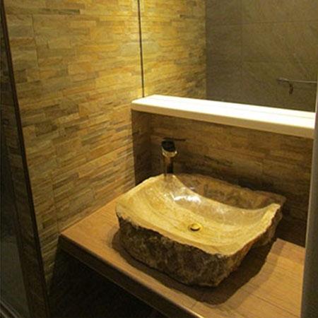 Bagno legno e pietra muretto rosso