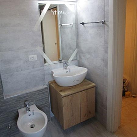 Bagno legno e pietra muretto doccia